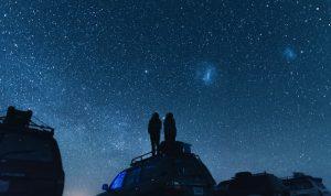 車の上から星空を眺める