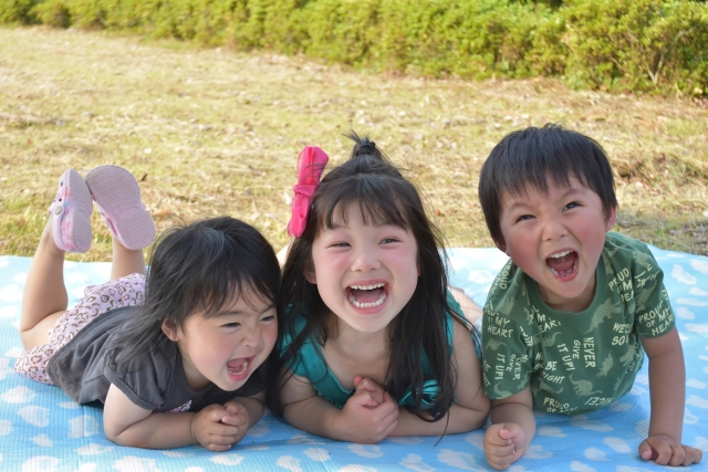 子供3人が写っている画像