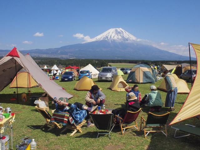 ミニバンに乗ってキャンプに出かけている画像