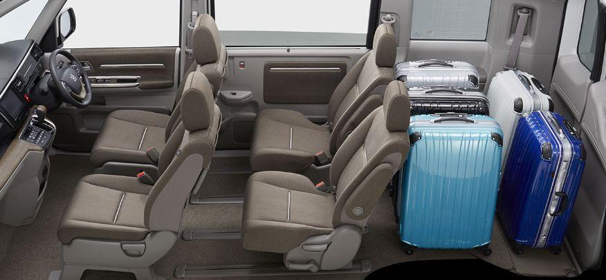 新型ステップワゴンの荷室にスーツケースを格納した写真