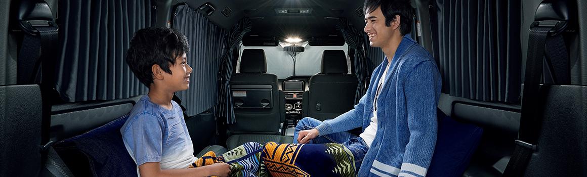 ヴォクシーの車内で車中泊をする親子
