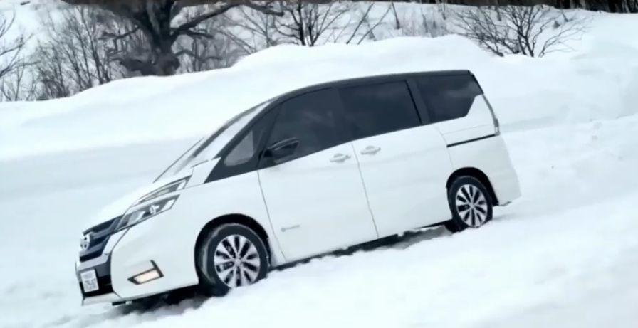 日産セレナe-POWERが雪道を走っている画像