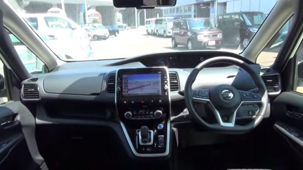 セレナe-powerの運転席と助手席
