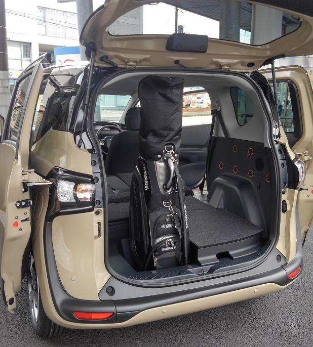 シエンタにゴルフバッグを縦積みした画像