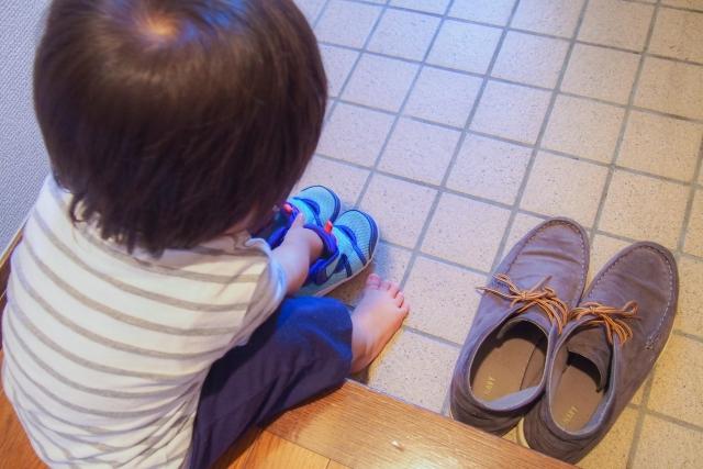 子供が靴を履いている写真