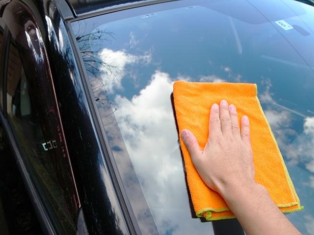 車を磨いている写真